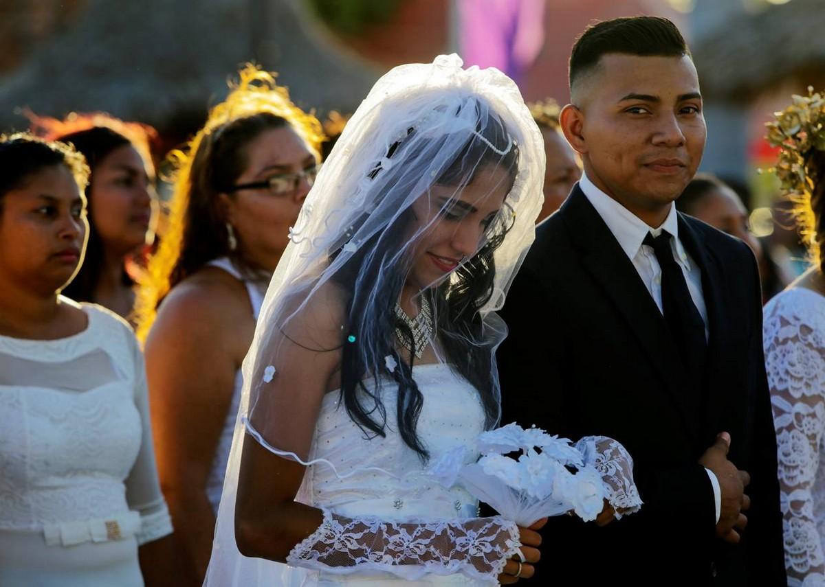 Массовая свадьба в день Святого Валентина в Никарагуа (22 фото)