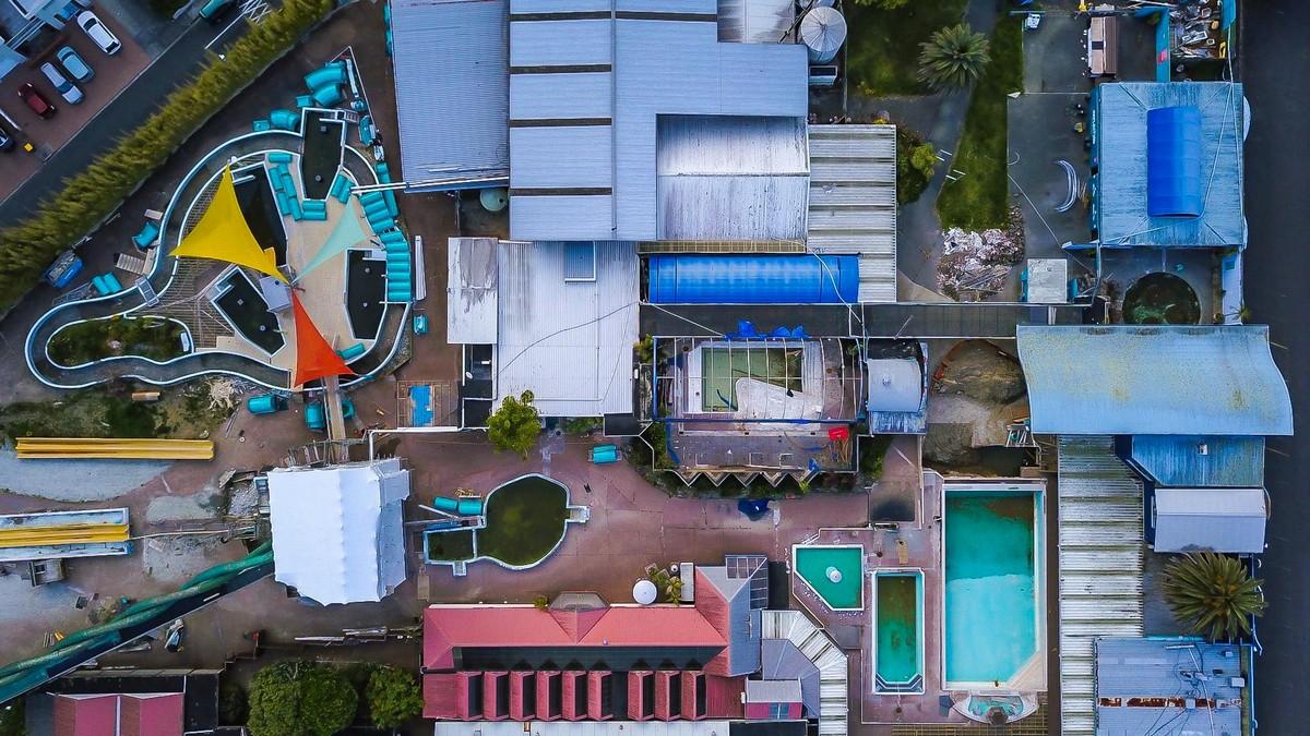 Заброшенный термальный курорт в Новой Зеландии (14 фото)