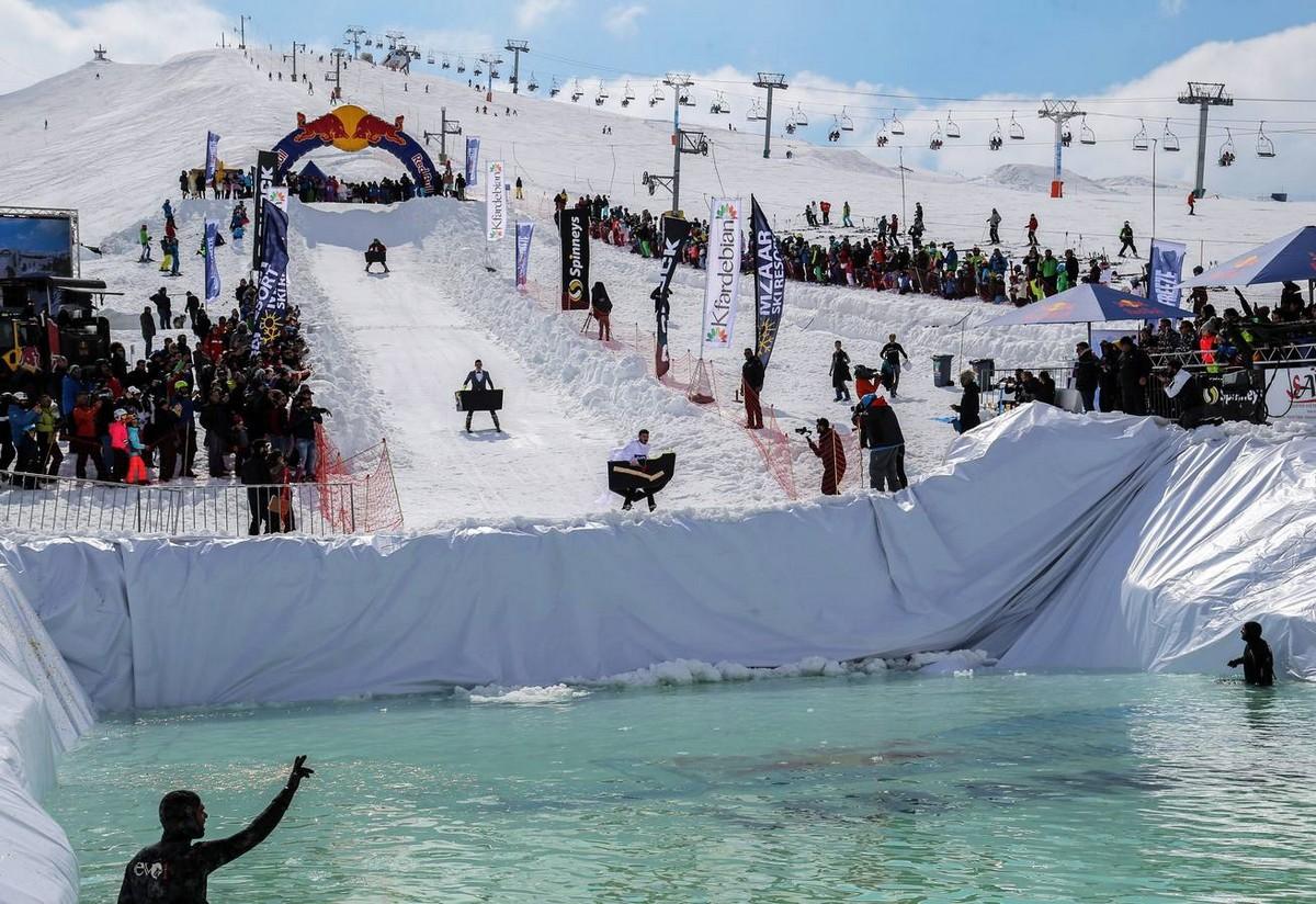 «Прыгни и замерзни»: веселые соревнования в Ливане (15 фото)