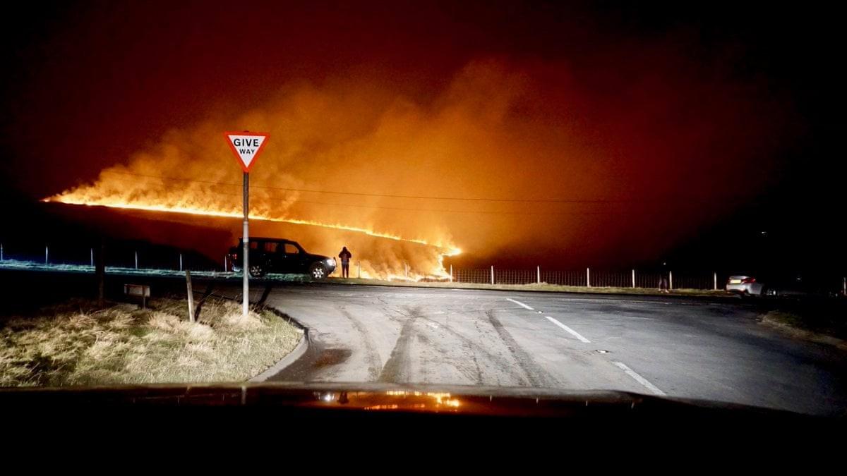 Лесные пожары бушуют по всей Великобритании (20 фото)