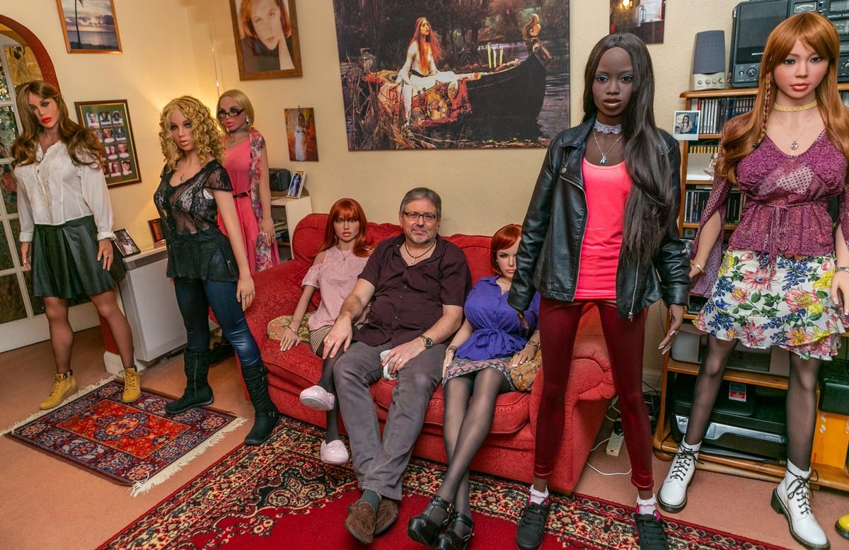 Британский пенсионер разочаровался в женщинах и живет с 12 куклами (15 фото)