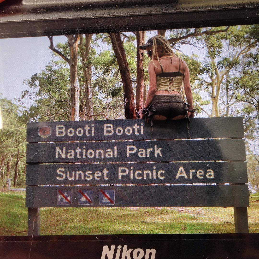 Толпы туристов приезжают в австралийский парк, чтобы сфотографировать задницу...