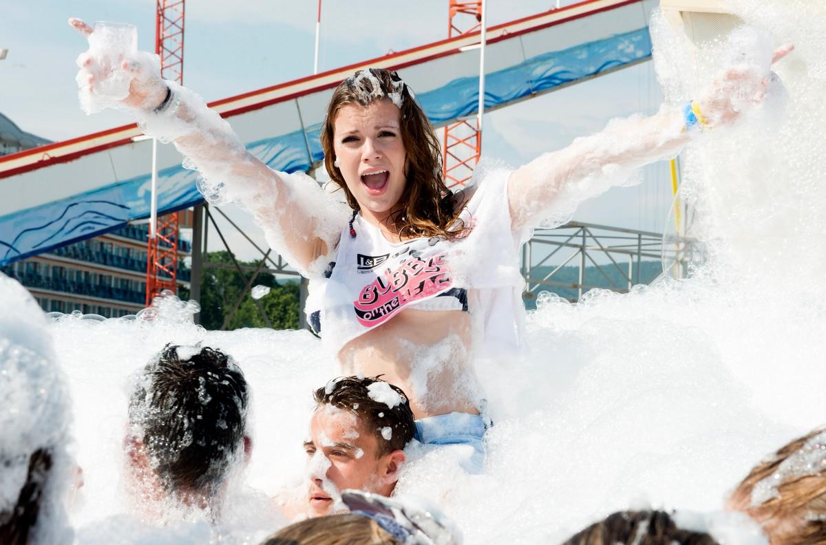 Болгария стала крайне привлекательной для тысяч любящих вечеринки британцев (30 фото)