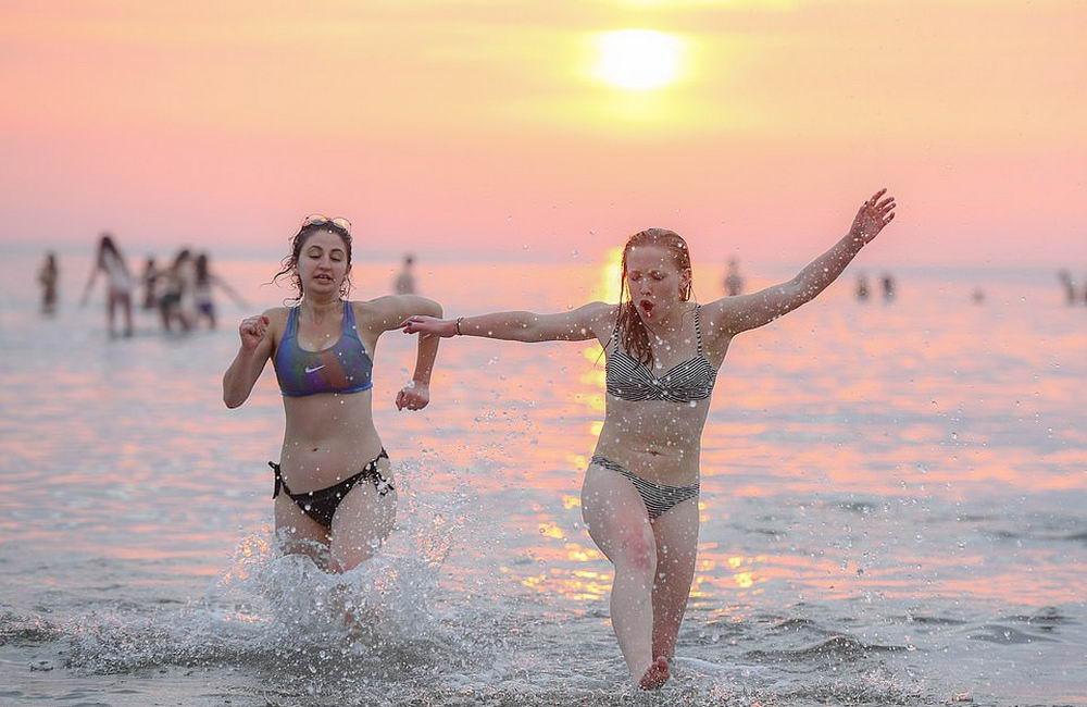 Традиционное первомайское купание шотландских студентов (30 фото)