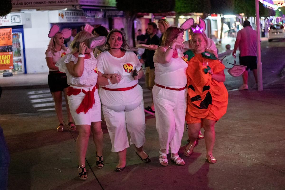 Летние каникулы начались рано: сотни британцев уже куролесят на испанском курорте Магалуф