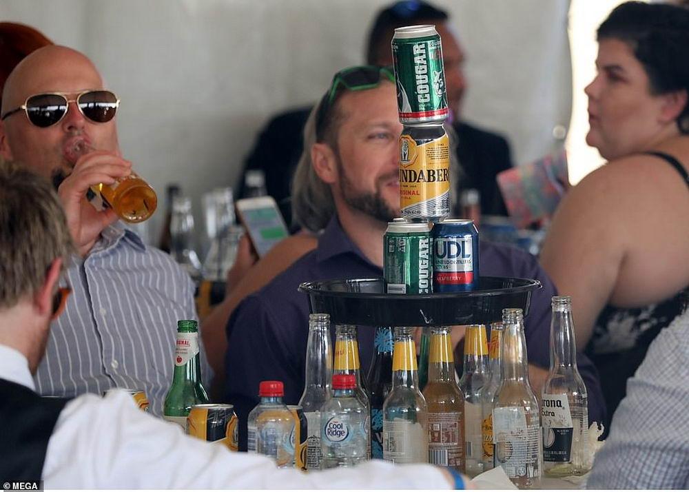 Десятки тысяч австралийцев насладились солнечным днем в Ipswich Turf Club (30 фото)