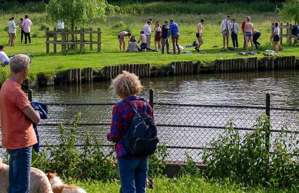 Агрессивный лебедь держит в напряжении отдыхающих на британской реке
