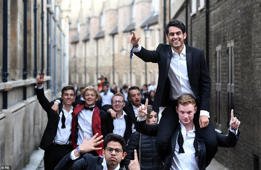 Студенты Кембриджа празднуют окончание экзаменов фейерверком, банкетом из пяти блюд и шампанским