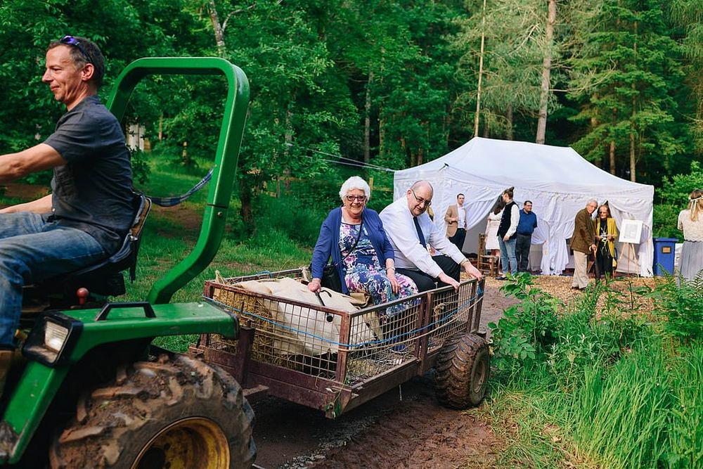 Британская пара устроила экологичную свадьбу в лесу