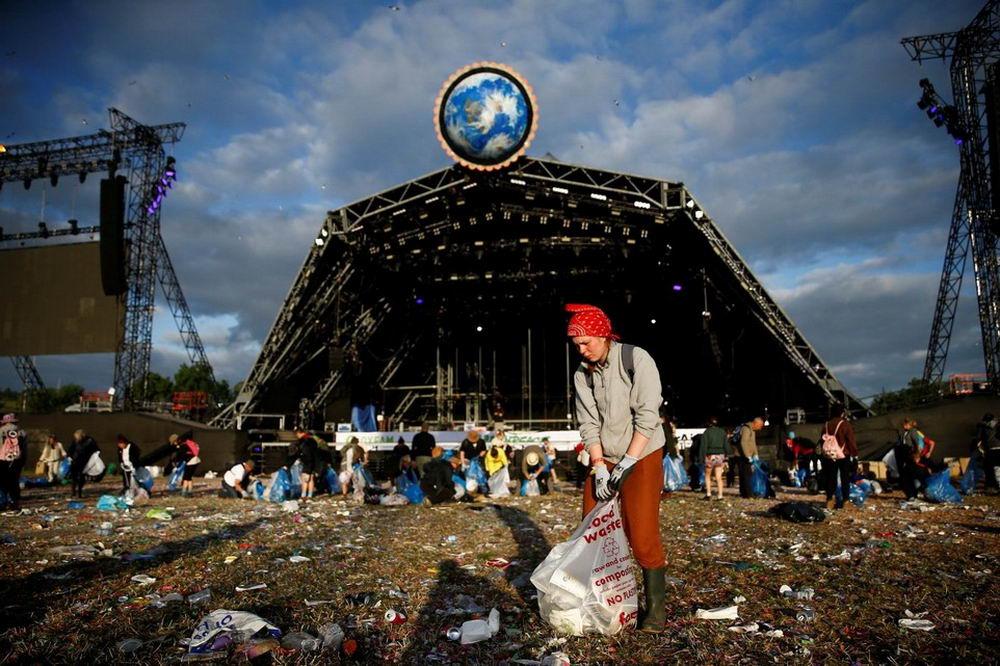 Фестиваль Гластонбери завершился, остались только кучи мусора (35 фото)