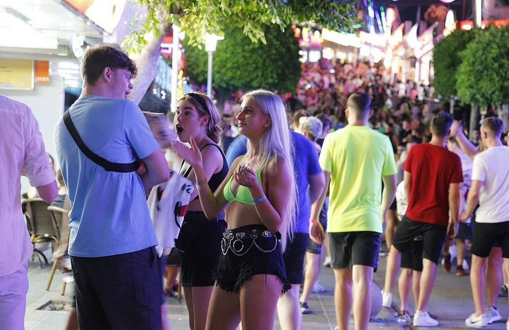 Британцы повеселились на Магалуфе в самые жаркие выходные в году (30 фото)