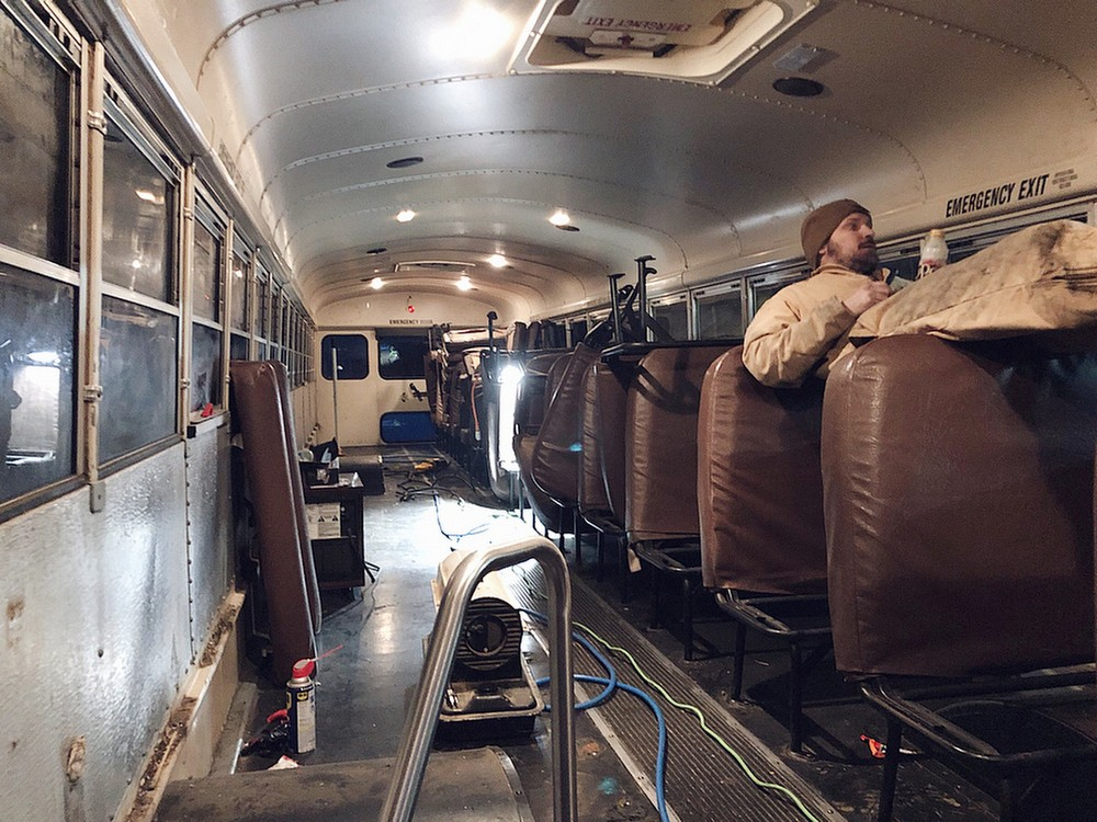 Пара бросила работу и продала дом, чтобы путешествовать на переоборудованном школьном автобусе