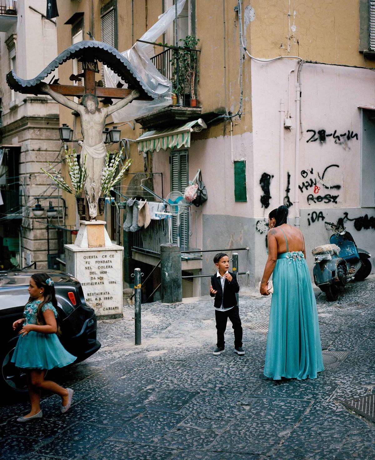 «Увидеть Неаполь и умереть»: жизнь в мафиозном городе на снимках Сэма Грегга (25 фото)