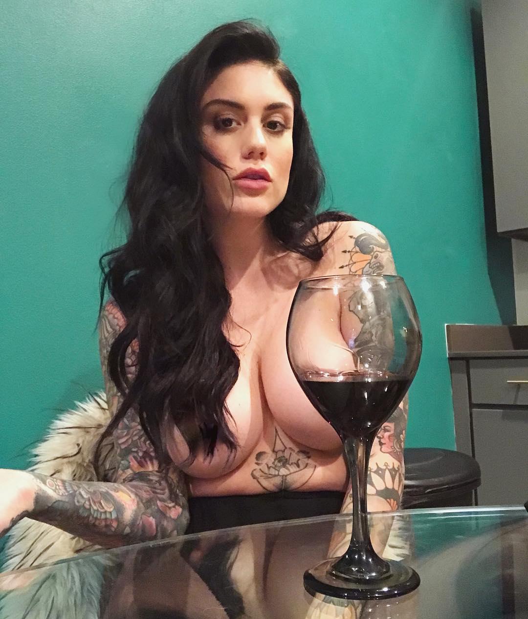 Татуированная дочь прерий с роскошными формами (25 фото)