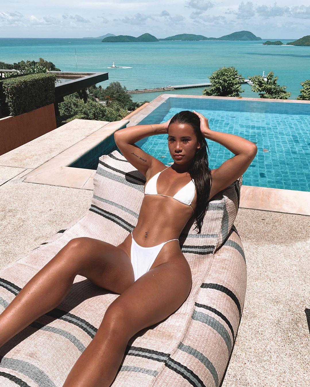 Девушка стала моделью благодаря фото в купальниках (25 фото)