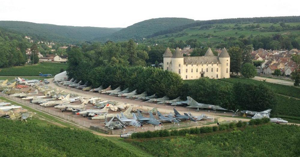 87-летний коллекционер собрал 110 истребителей на территории своего замка во Франции