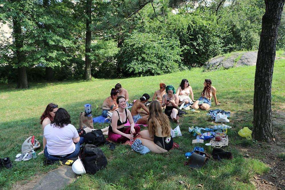 Топлес-посиделки в парке Нью-Йорка (40 фото)