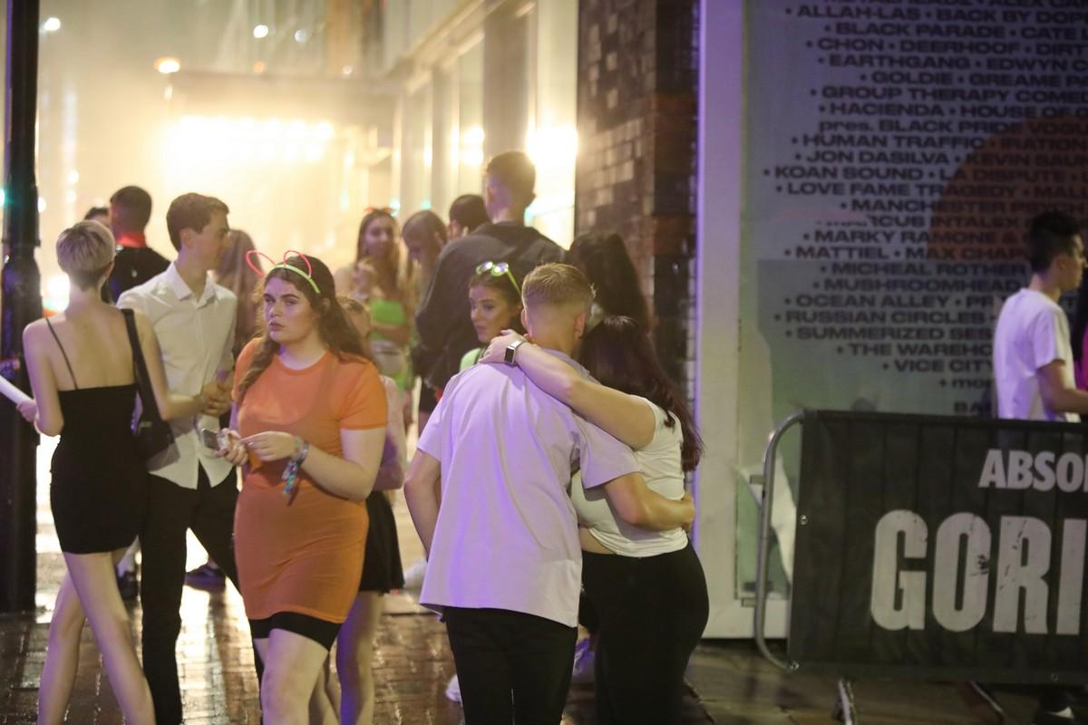 Британские студенты попрощались с беззаботной жизнью