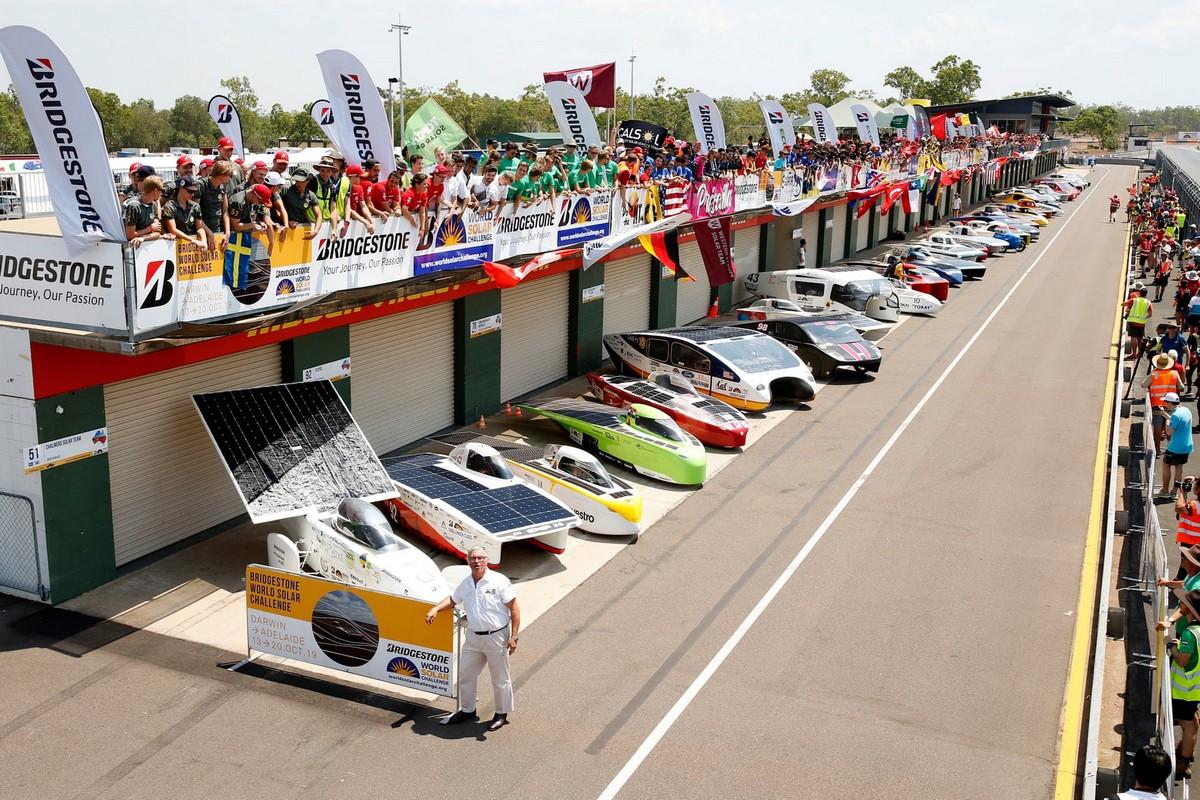 Гонка автомобилей на солнечных батареях в Австралии