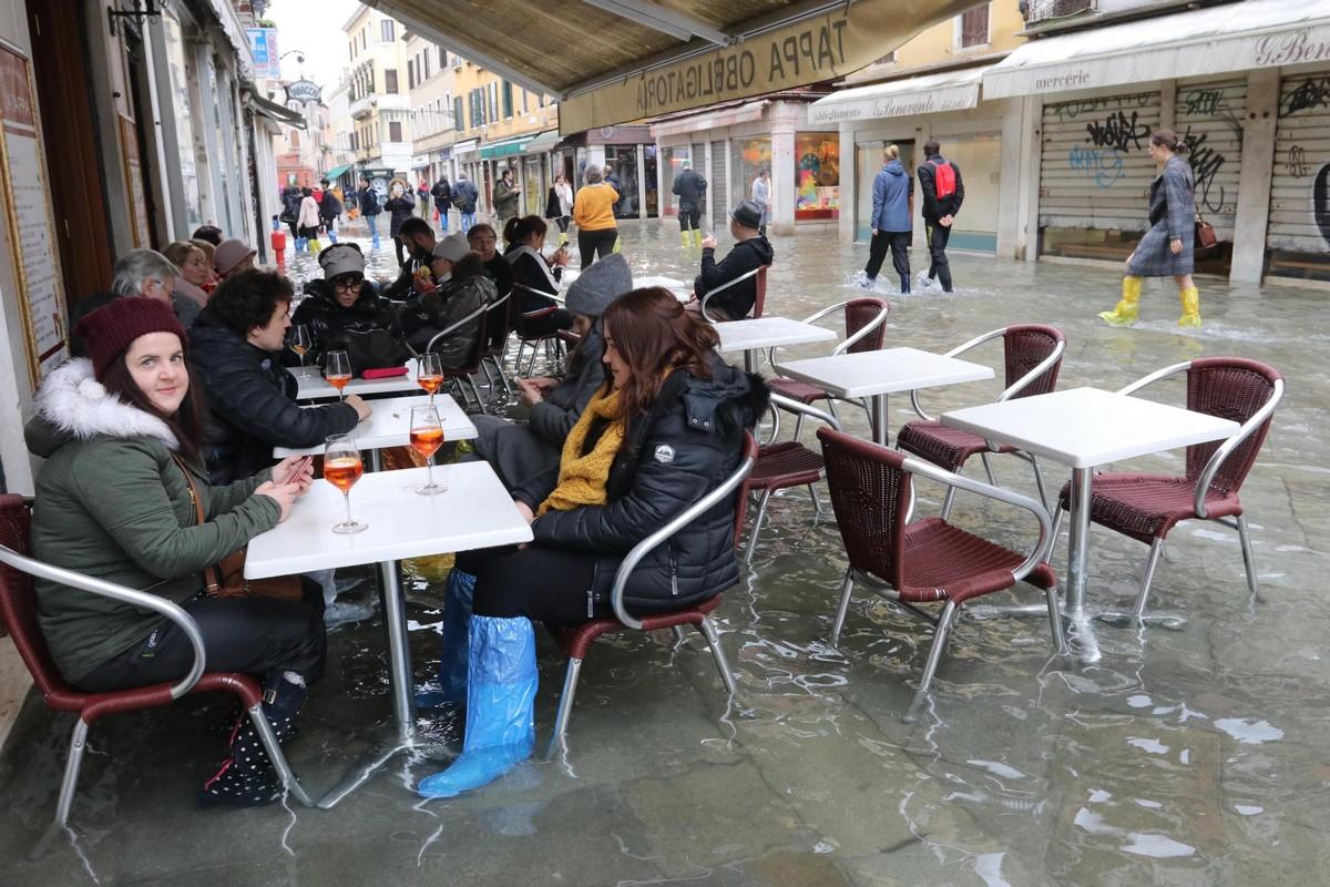 Третье приливное наводнение в Венеции за неделю (30 фото)