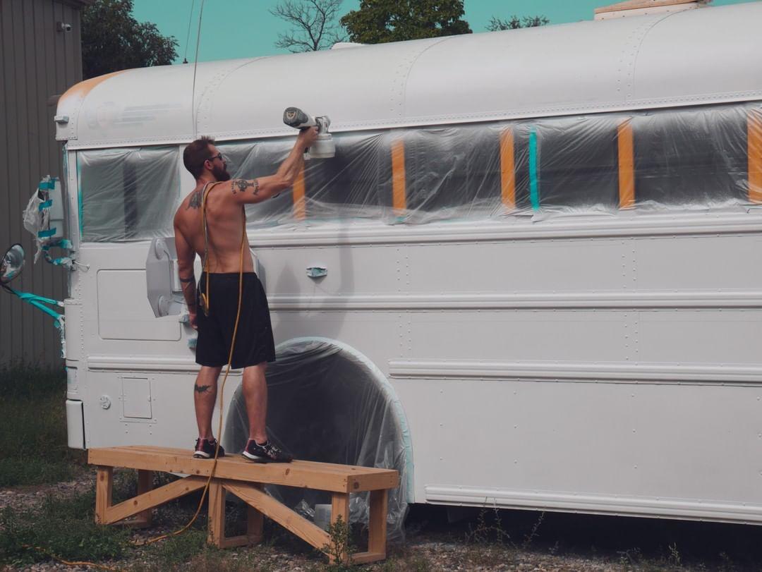 Американская пара продала все имущество, приобрела школьный автобус и превратила его в дом мечты