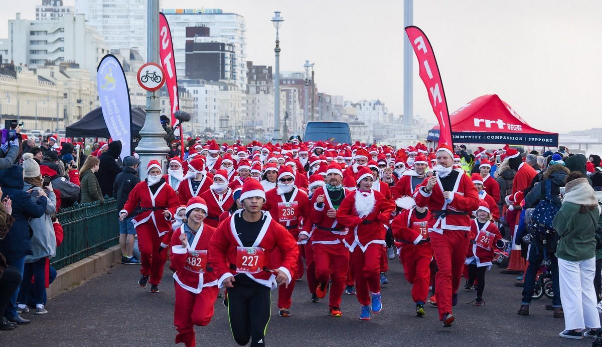 Тысячи людей оделись как Санта-Клаусы для ежегодного СантаКона (30 фото)