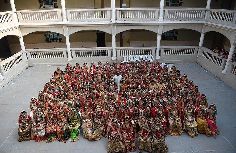 Массовая церемония бракосочетания невест-сирот в Индии (30 фото)