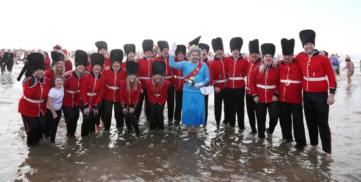 Тысячи британцев приняли участие в ежегодных рождественских купаниях (25 фото)