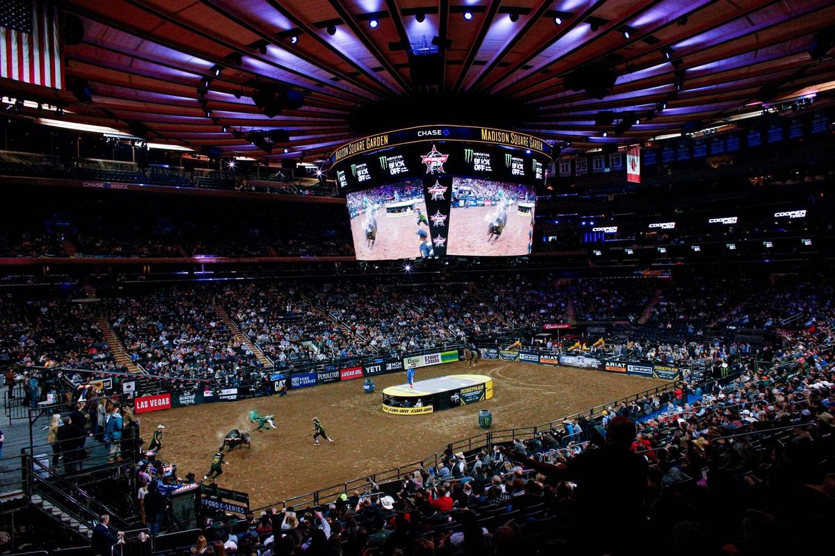 Лучшие наездники на быках поборолись за 0 000 в Нью-Йорке