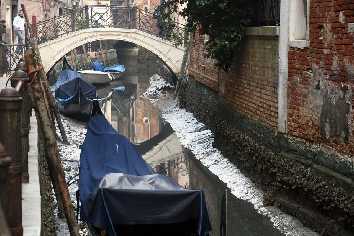 Через два месяца после рекордных наводнений каналы Венеции пересохли (20 фото)