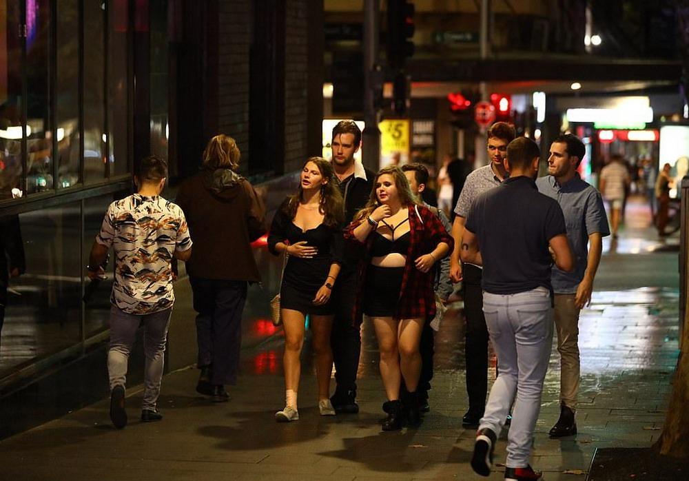В Сиднее отменили анти-алкогольные законы и народ пошел по барам