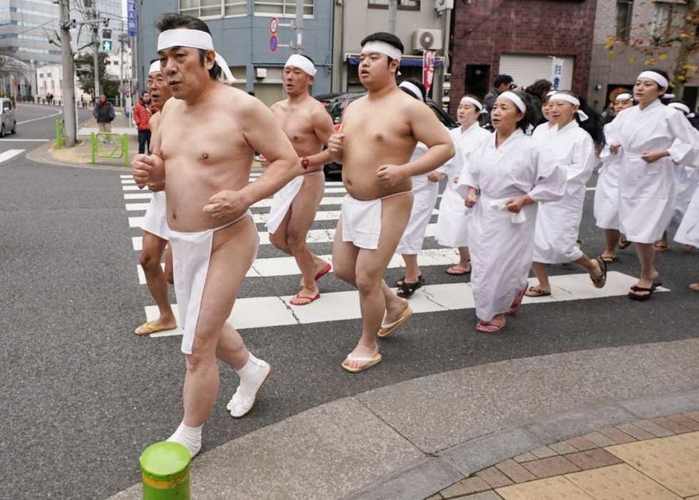 Традиционное купание в холодной воде в Японии 2020 (20 фото)