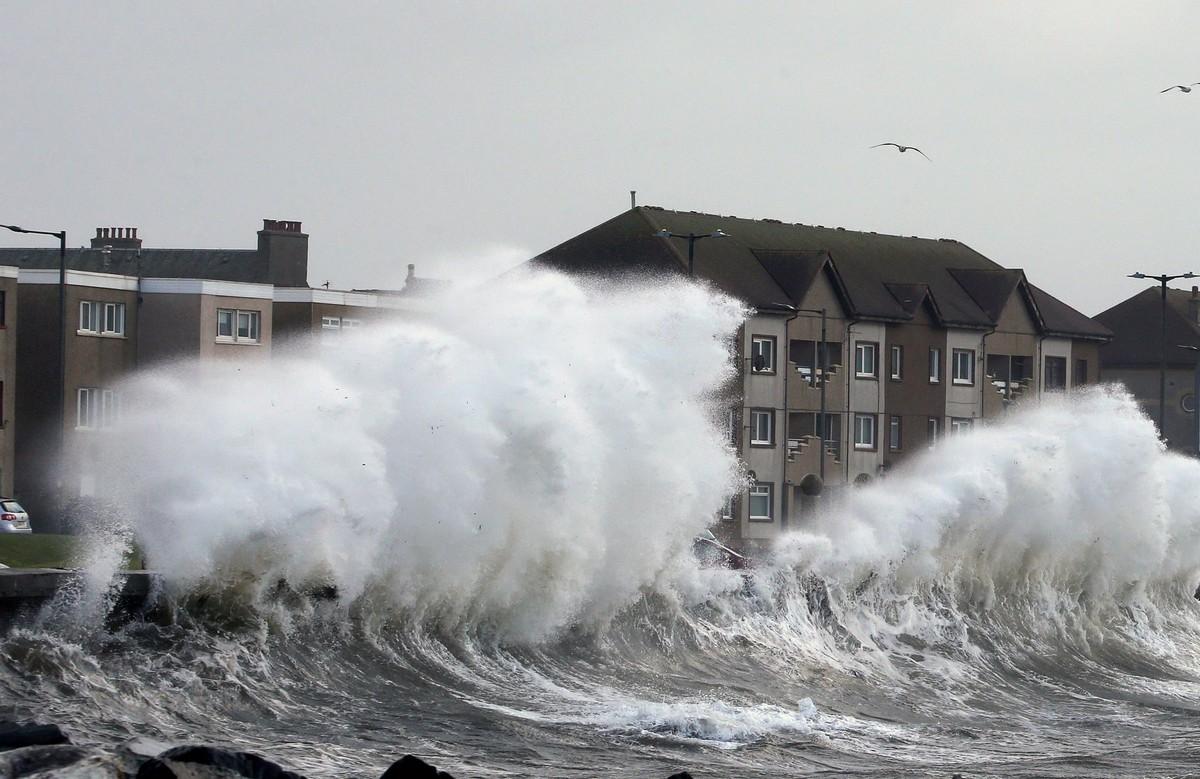 Шторм Сиара вызвал наводнения и разрушения в Великобритании (30 фото)