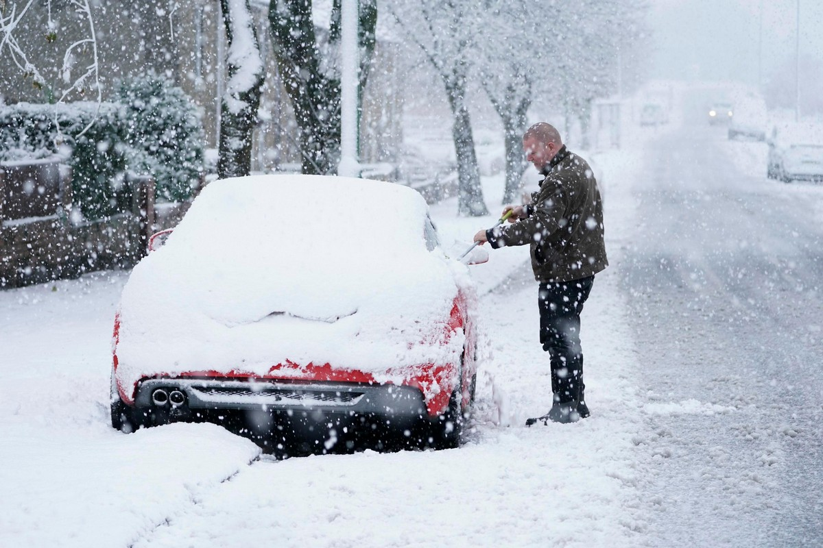 После проливных дождей и наводнений Великобританию завалило снегом (25 фото)