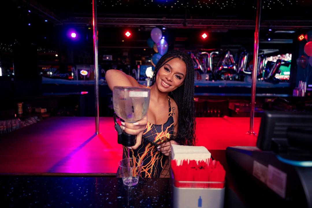 Роскошная жизнь барменш стрип-клубов Нью-Йорка (30 фото)