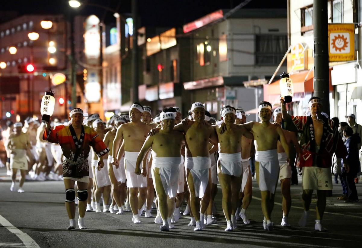 Десять тысяч мужчин разделись до набедренных повязок для участия в 500-летнем фестивале в Японии