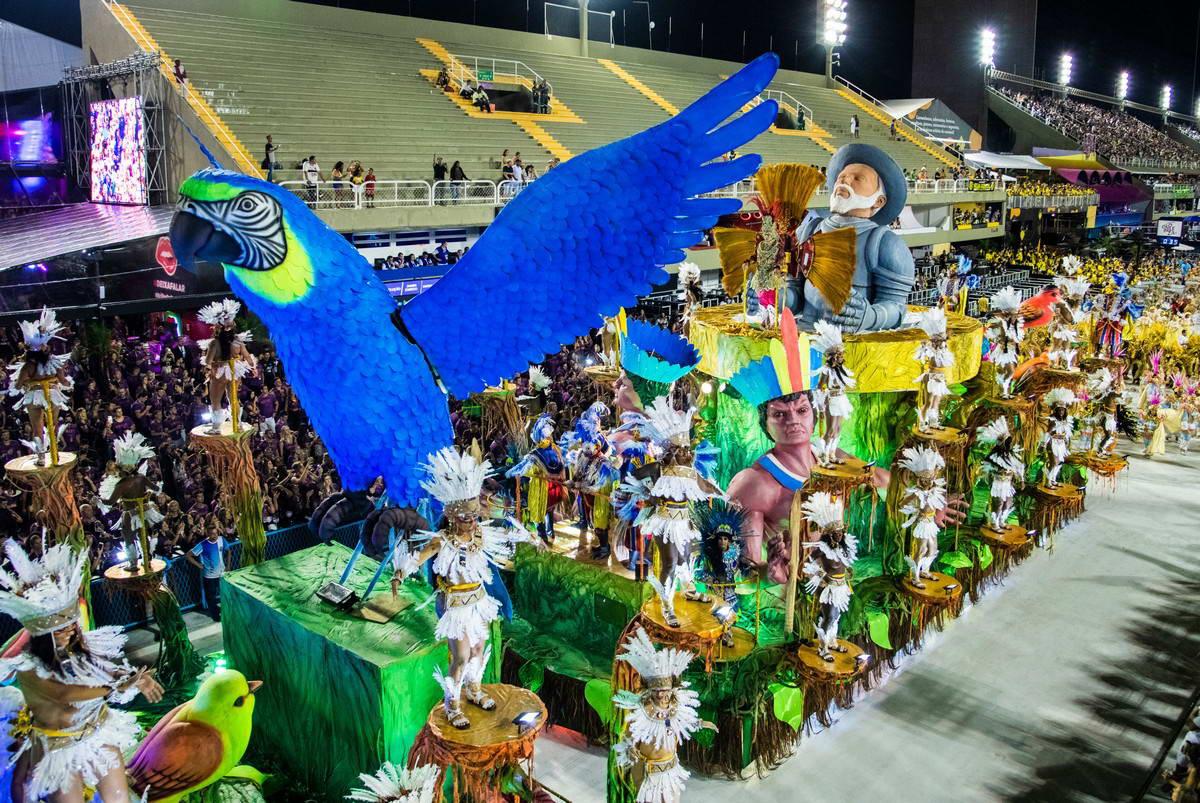 Красочные карнавалы в Сан-Паулу и Рио-де-Жанейро (30 фото)