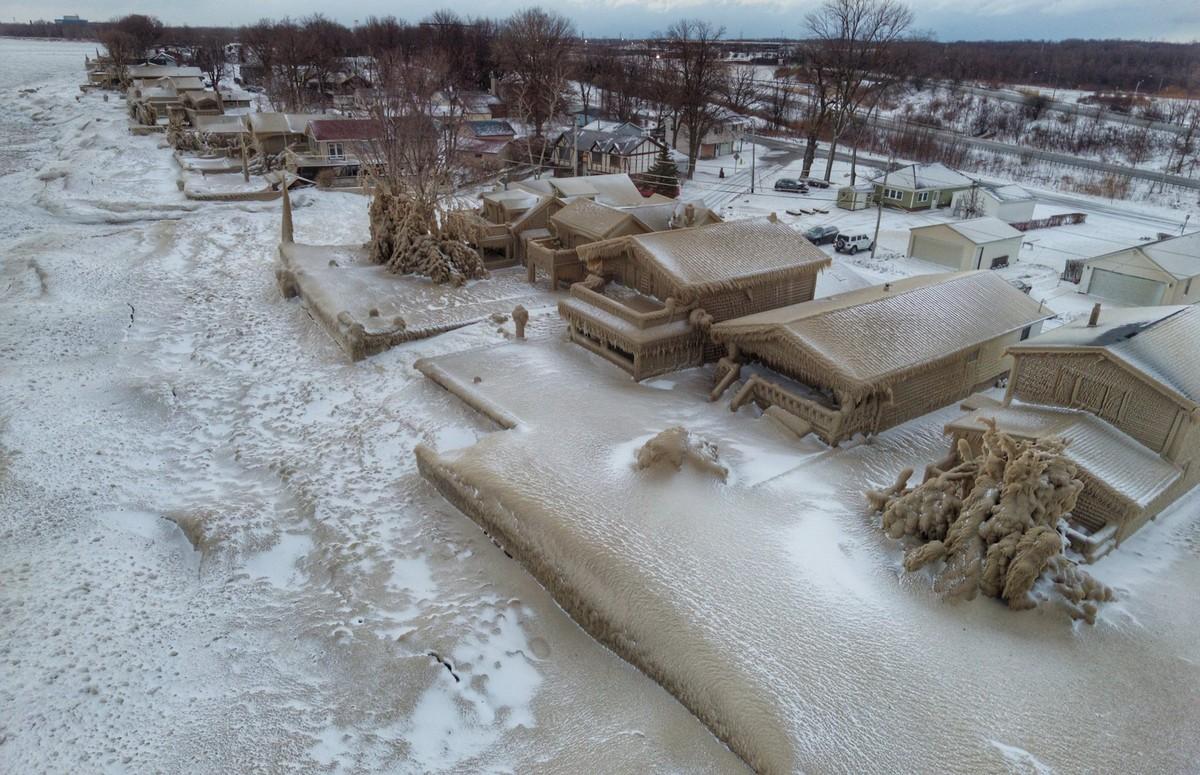 Сильный ветер и низкая температура в штате Нью-Йорк превратили дома в ледяные \иглу\