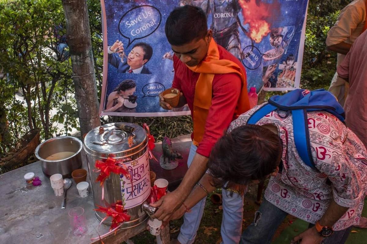 Сотни индусов выпили коровьей мочи для профилактики коронавируса (20 фото)