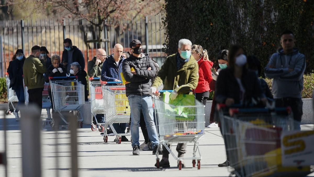 Паника из-за коронавируса: пустые полки европейских магазинов (20 фото)