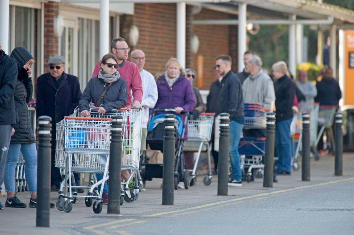 Британцы игнорируют запреты, связанные с коронавирусом, собираясь в парках и магазинах