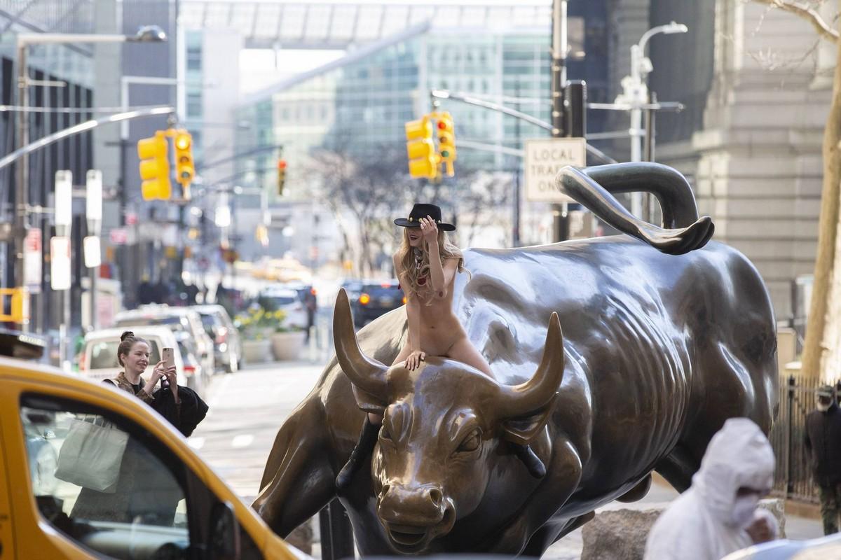 Голая девушка оседлала статую быка в Нью-Йорке...