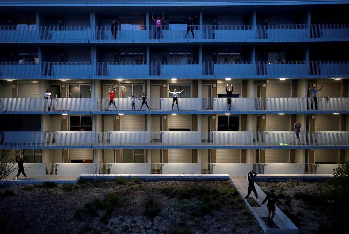 Жизнь во время карантина: окна, балконы и крыши домов в разных странах мира (35 фото)