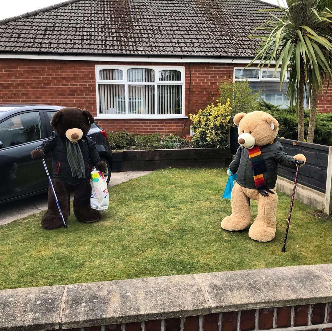 Британец веселит людей, показывая на карантине жизнь больших плюшевых медведей