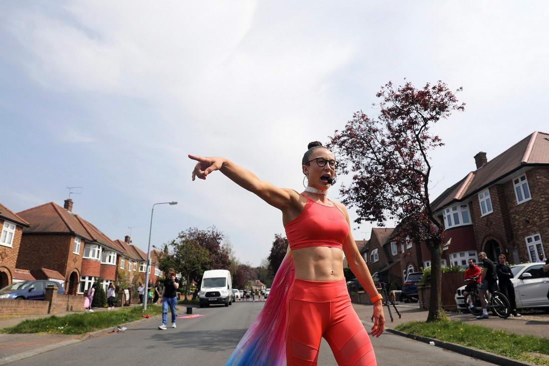 Инструктор по фитнесу провела занятия для всей улицы во время карантина из-за коронавируса