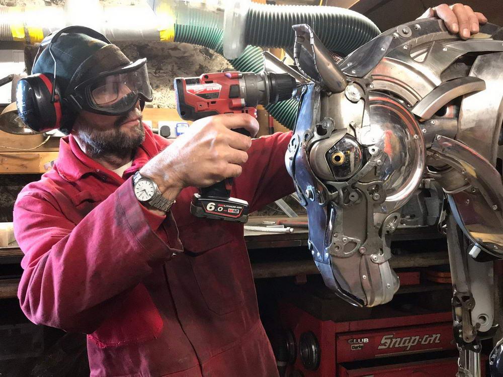 Скульптор превращает старые автомобильные колпаки в потрясающих существ (30 фото)