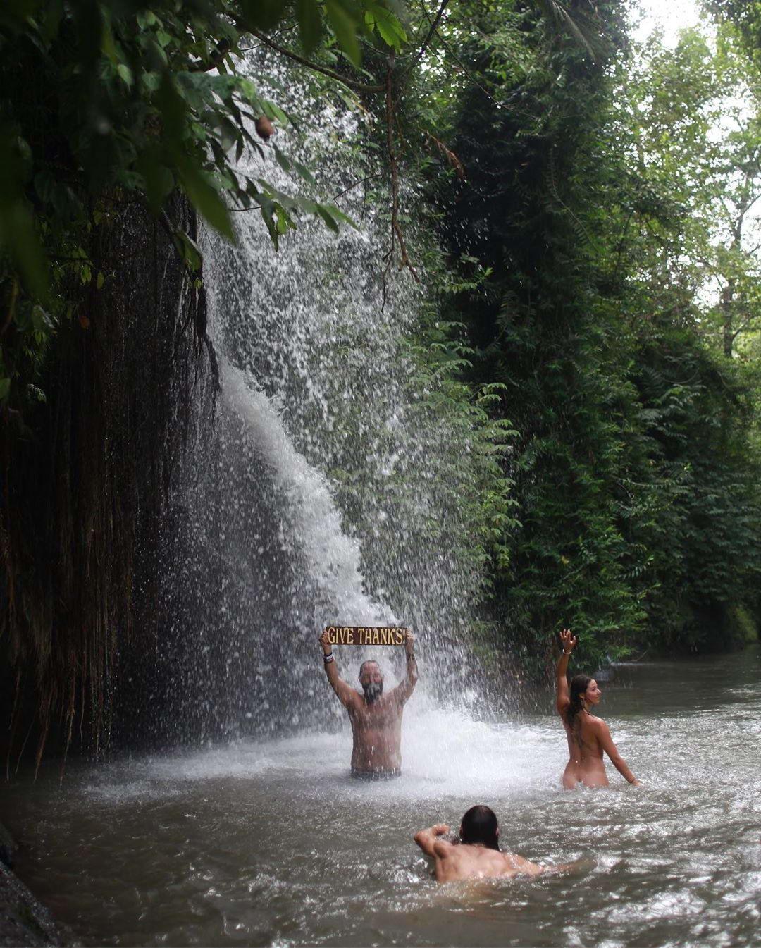 Любители купаться голышом из tumblr - 2  (40 фото)