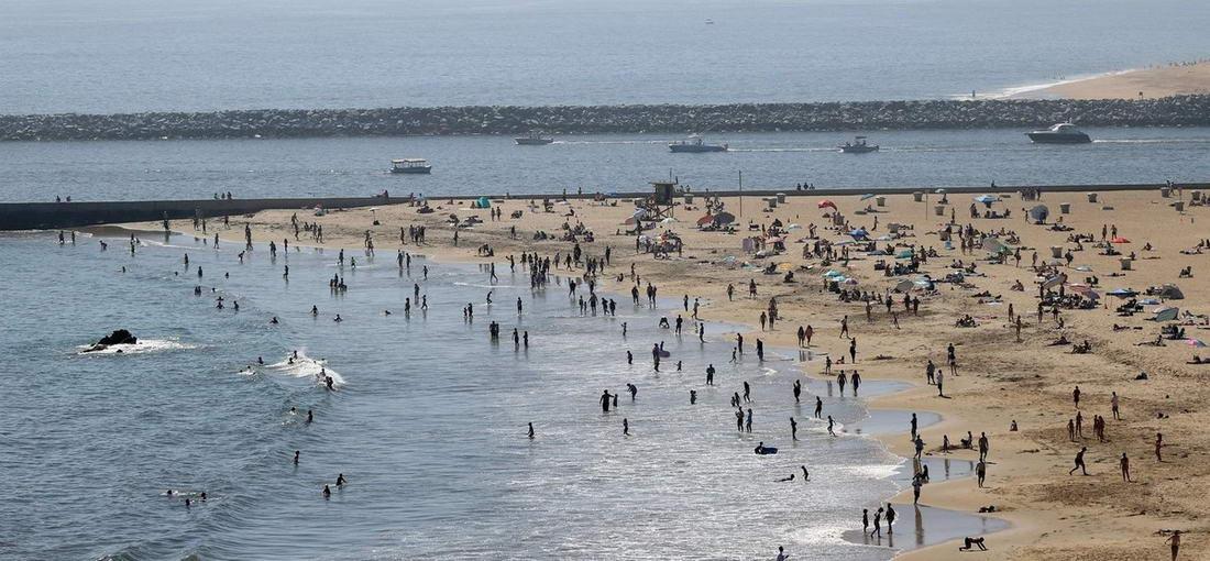Люди идут на пляжи, несмотря на опасения заразиться коронавирусом (30 фото)