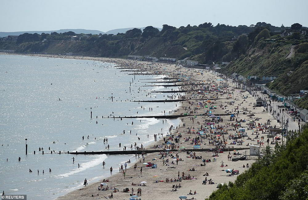 Британцы наводнили парки и пляжи, игнорируя меры социальной дистанции (35 фото)