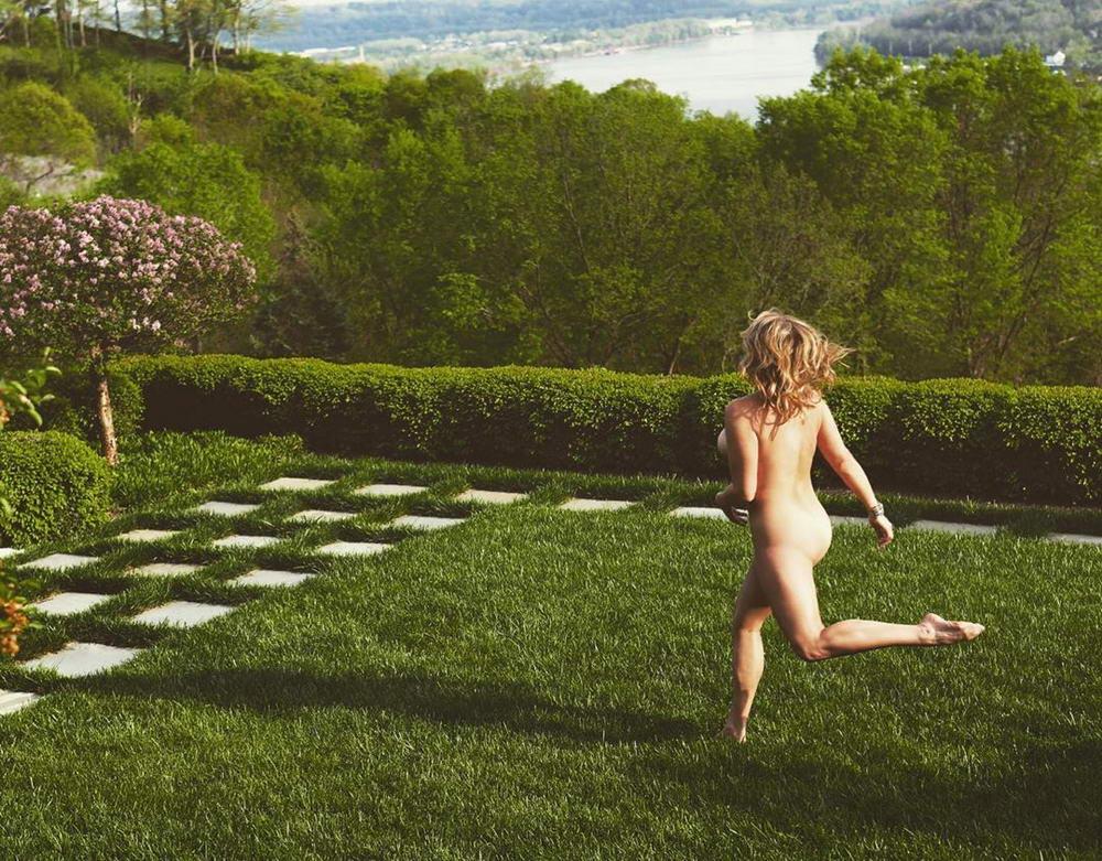 Cheeky Exploits: новые снимки голозадых путешественников из Instagram (30 фото)